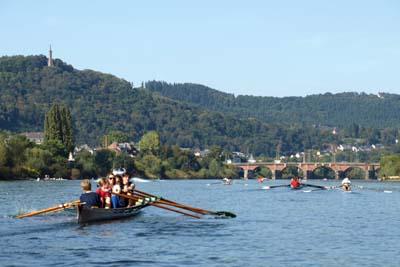 Ruderboote vor der Römerbrücke