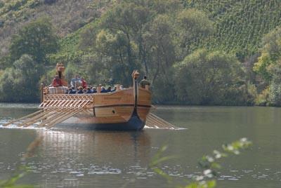 Weinschiff in Fahrt